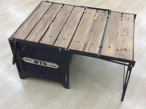 キャンプ用品のテーブル