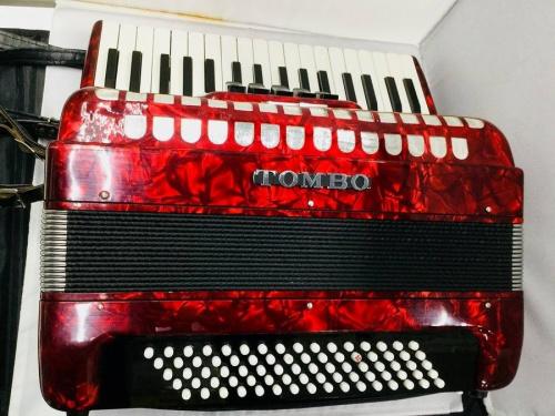 鍵盤楽器のアコーディオン