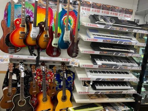 中古楽器店のギター