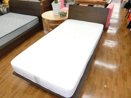 家具のシングルベッド
