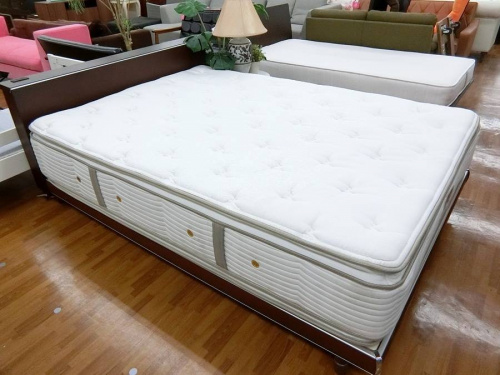 家具のダブルベッド